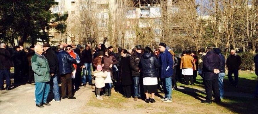 აქცია თბილისში – მოქალაქეები სკვერში სახლის მშენებლობას აპროტესტებენ