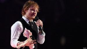 Brit Awards-ზე გამოსვლისას მადონა სცენიდან გადავარდა