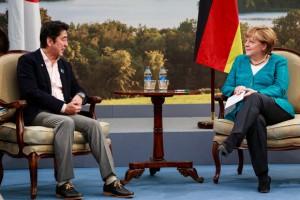 bpa09_mit_dem_japanischen_regierungschef_shinzo_abe_spricht_merkel_ueber_reformmassnahmen_japan_leidet_unter_einer_hohen_verschuldung