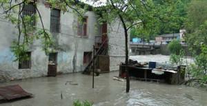 ძლიერი წვიმის გამო ფოთში ცენტრალური ქუჩები დატბორა