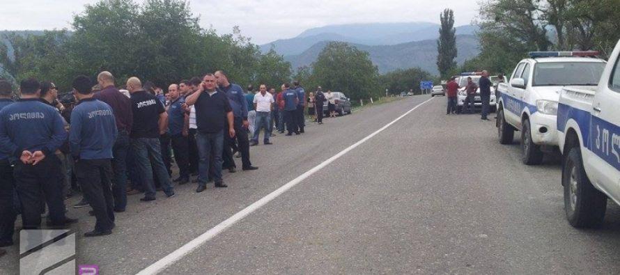 აქცია კახეთში-პოლიციამ გლეხებს გზის გადაკეტვის საშუალება არ მისცა