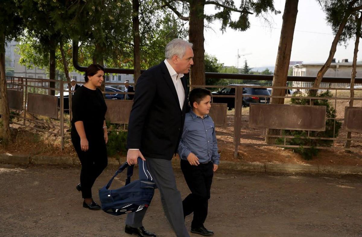 შს მინისტრმა დაღუპული პოლიციელის შვილი სკოლაში წაიყვანა