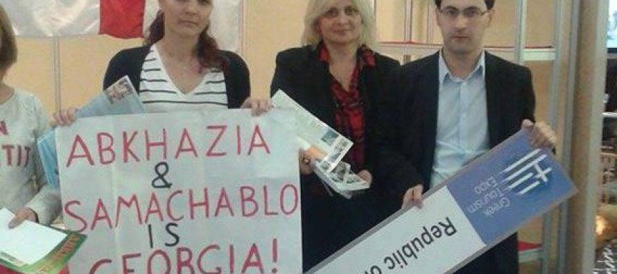 """ათენში,ქართველმა ემიგრანტებმა ჩამოხსნეს ბანერი წარწერით ,,Republic of Abkhazia"""" მის მაგივრად საქართველოს ეროვნული დროშა დაკიდეს"""