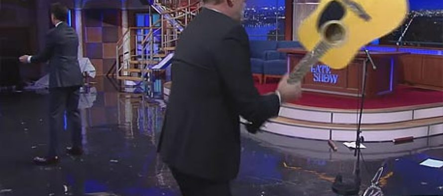 ბრუს უილისმა წამყვანს გიტარა გადაატეხა თავზე (ვიდეო)