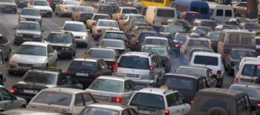 მანქანების ჯაჭვი თბილისში – მოქალაქეები მარჯვენასაჭიანი მანქანების აკრძალვას აპროტესტებენ