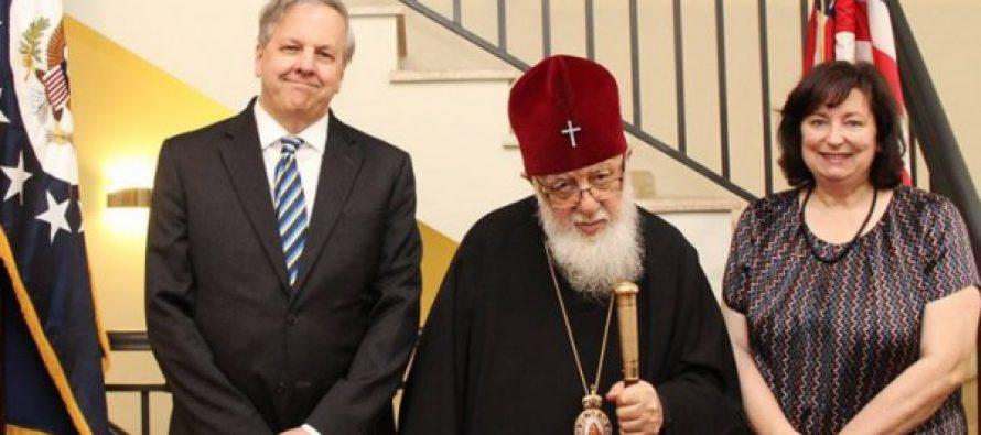"""აშშ-ს ელჩმა ილია II-ს უმასპინძლა- იან კელიმ პატრიარქისგან საჩუქრად ნახატი """"ნატვრის ხე"""" მიიღო"""