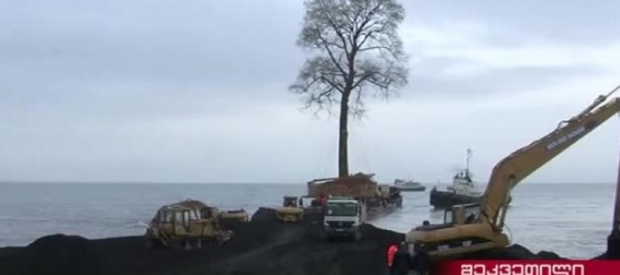 ხის ნაპირზე გადასატანად ზღვაში გზის მშენებლობა წვიმაში მიმდინარეობს