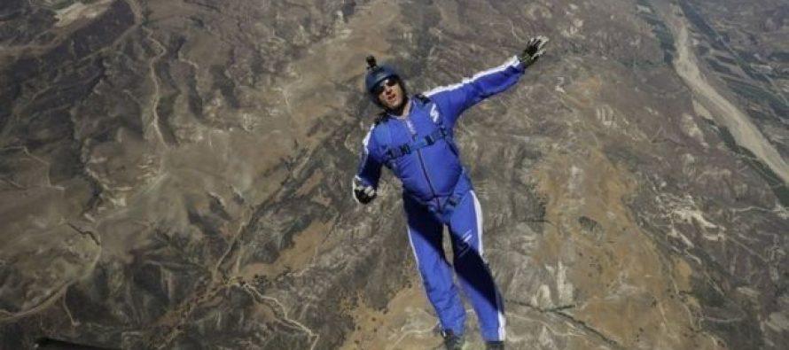 (video) ექსტრემალი ლუკ ეიკინსი თვითმფრინავიდან პარაშუტის გარეშე გადახტა და გადარჩა
