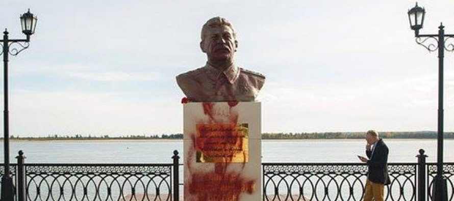 რუსეთში სტალინის ძეგლს წითელი საღებავი გადაასხეს