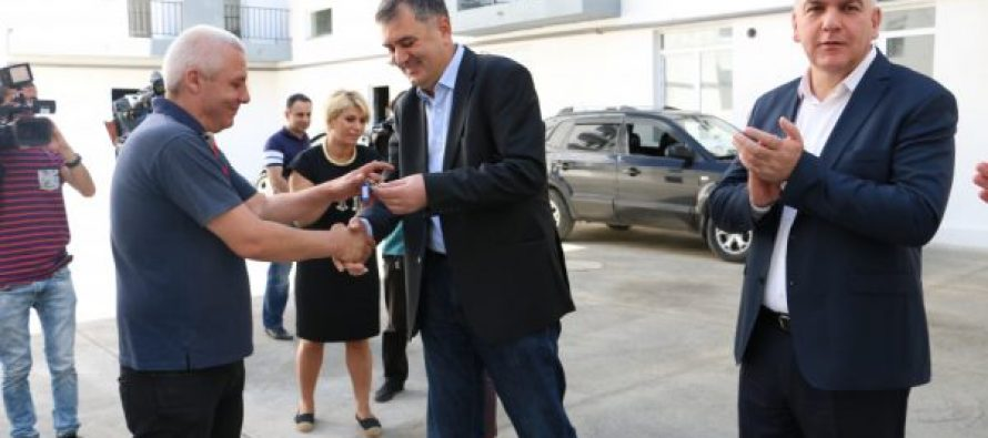 14 დევნილ ოჯახს თბილისში ბინა გადაეცა