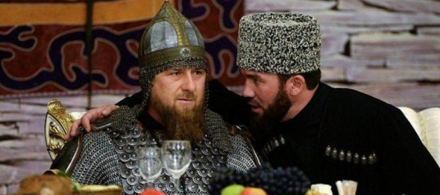 კადიროვი სადღესასწაულო საღამოზე რუსი ბოგატირის კოსტიუმში გამოცხადდა (ვიდეო)