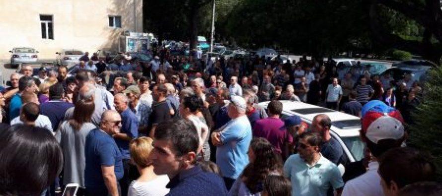 (ვიდეო) ზუგდიდში, სამხარეო ადმინისტრაციასთან შეკრებილი მოსახლეობა შენობაში შეიჭრა