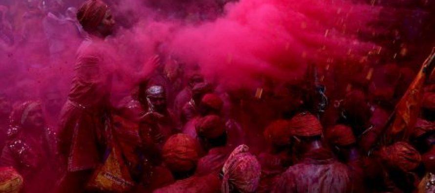 კრიშნას ფესტივალზე მკვეთრ ფერებში შეღებილი ხალხი და სოფლები (ფოტოები)