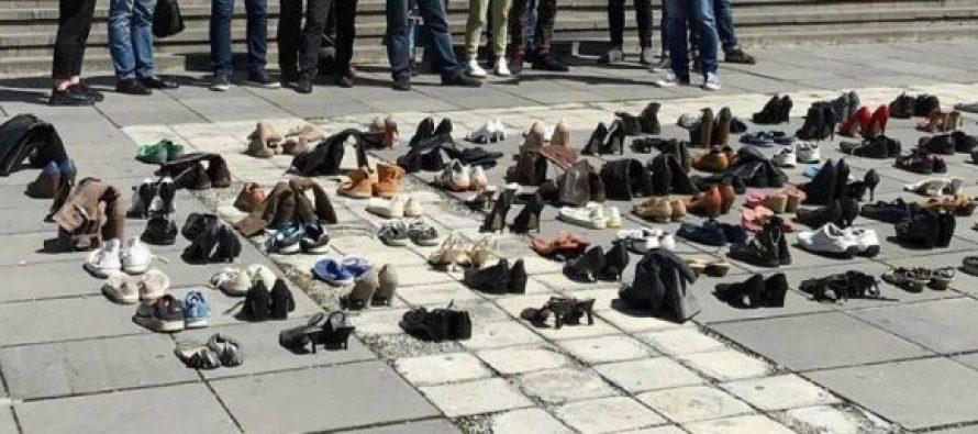 მოძრაობის #ნუმომკლავ წევრებმა მთავრობის ადმინისტრაციასთან 200-მდე ძველი ფეხსაცმელი მიიტანეს