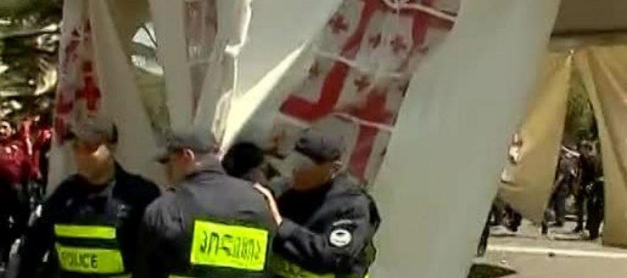 პოლიციამ გზის სავალ ნაწილზე განთავსებული კარვები დაშალა