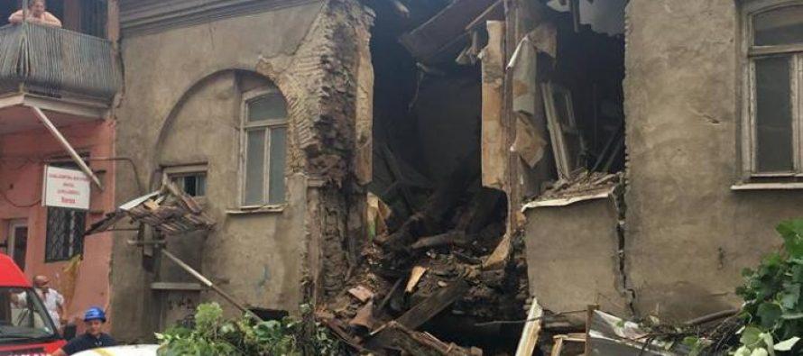 ძლიერი წვიმის შედეგად ავლაბარში საცხოვრებელი სახლის კედელი ჩამოინგრა