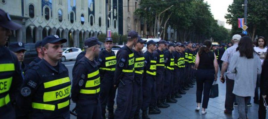 """""""ნაციონალური მოძრაობის"""" წევრები მოითხოვენ, პოლიციის თანამშრომლებმა აქციის მონაწილეების კუთვნილი კარვები დატოვონ"""