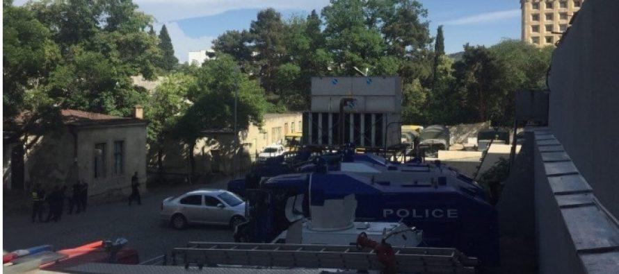 მთავრობის ადმინისტრაციის მიმდებარე ტერიტორიაზე წყლის ჭავლის მანქანების მობილიზება ხდება