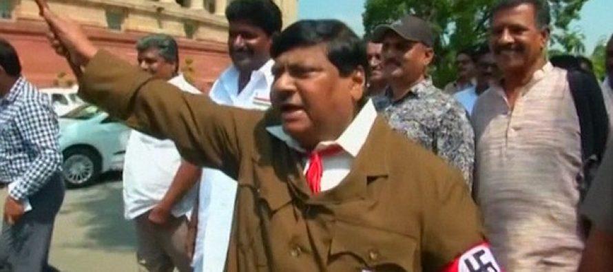 ინდოელი დეპუტატი სამსახურში ჰიტლერის კოსტუმით მივიდა (ვიდეო)