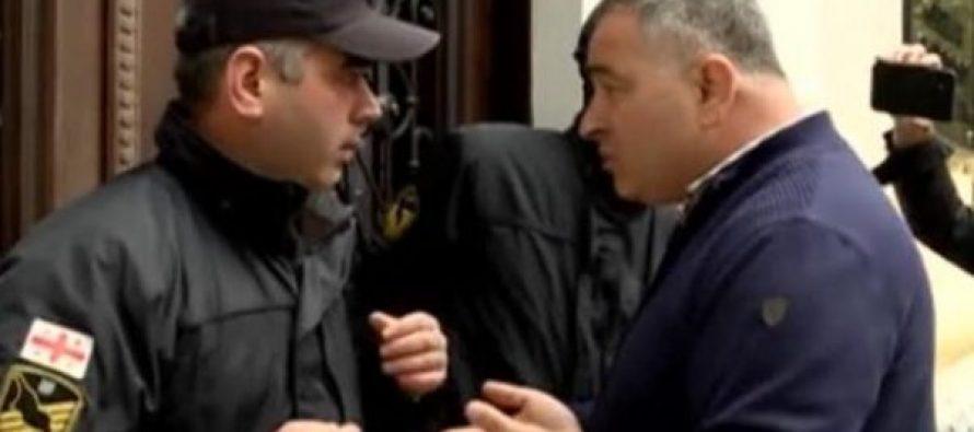 სუს-ის უფროსმა ბათუმში საგანგებო შეხვედრა გამართა – ოპოზიცია აჭარის მთავრობის შენობაში არ შეუშვეს