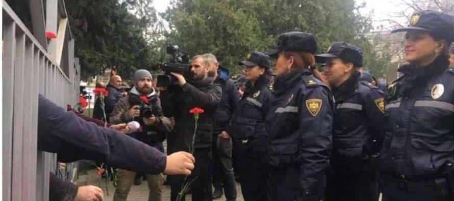 """""""ნაციონალური მოძრაობის"""" აქციის მონაწილეებმა გურჯაანის სასამართლოსთან მყოფ ქალ პოლიციელებს ყვავილები მიუტანეს"""