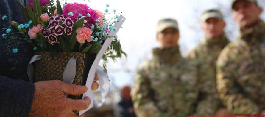 დაღუპული ჯარისკაცების დედებს 3 მარტი შვილის მეგობრებმა მიულოცეს