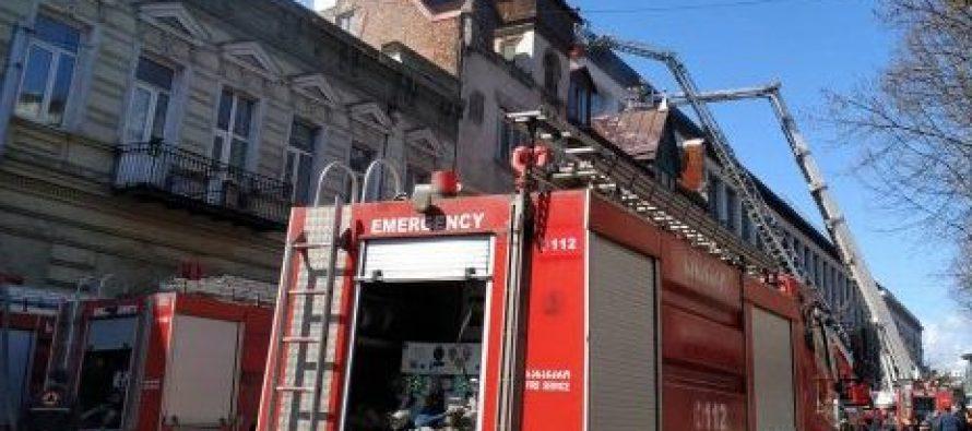 კოსტავას ქუჩაზე სასტუმროს შენობა იწვის