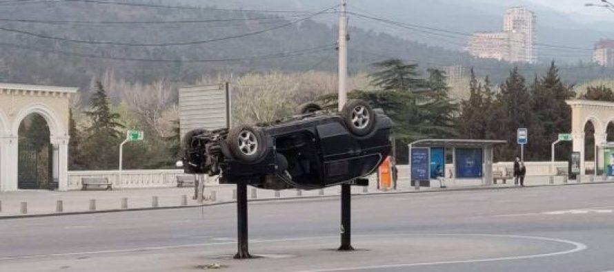თბილისში ამოტრიალებული ავტომანქანები გამოჩნდა