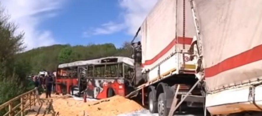 სერბეთში სატვირთო მანქანა და ავტობუსი დაეჯახნენ ერთმანეთს (ვიდეო)