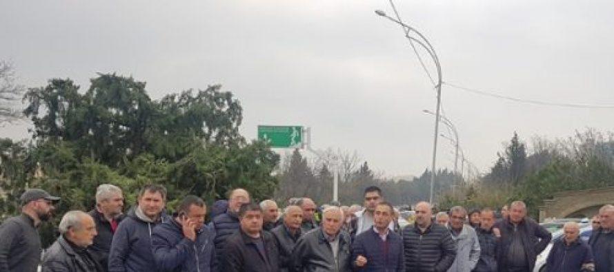 თბილისში ტაქსის მძღოლებმა აქცია გამართეს