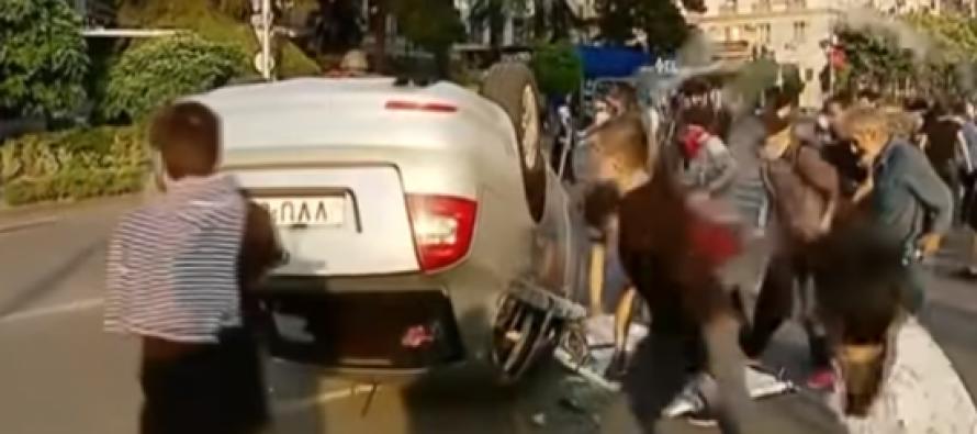 დემონსტრანტებმა ფილარმონიის წინ მანქანა ამოატრიალეს და დაამტვრიეს
