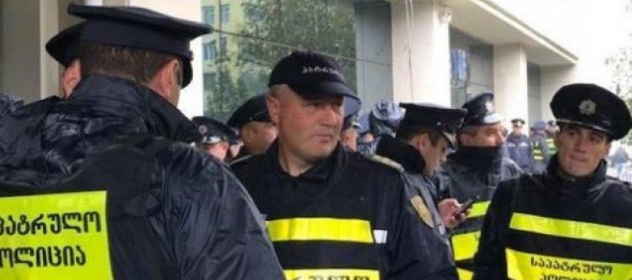 """სამართალდამცავების მობილიზება თელავის მუნიციპალიტეტის შენობასთან – """"ევროპული საქართველო"""" მაჟორიტარი დეპუტატის კაბინეტის """"დაბოქლომებას"""" ცდილობენ"""