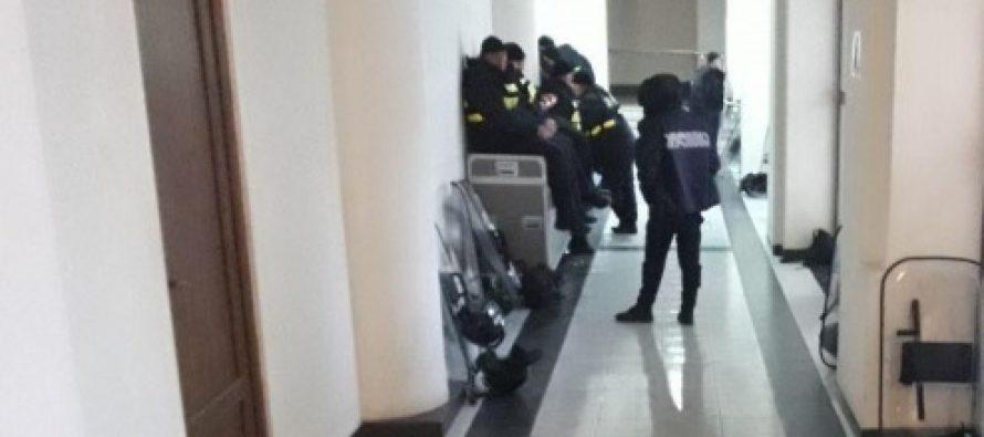 პარლამენტის შენობაში პოლიციის მობილიზებაა