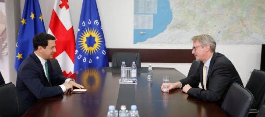ევროკავშირის ელჩი კარლ ჰარცელი არჩილ თალაკვაძეს შეხვდა