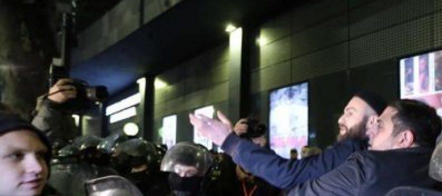 """კინოთეატრ """"ამირანში"""" მაყურებელი პოლიციის დახმარებით შედის"""