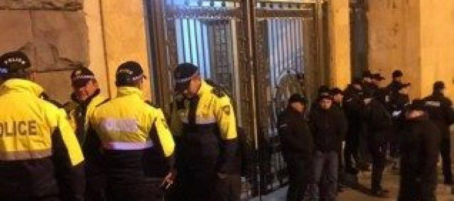 პარლამენტის შენობის ყველა შესასვლელთან პოლიციაა მობილიზებული