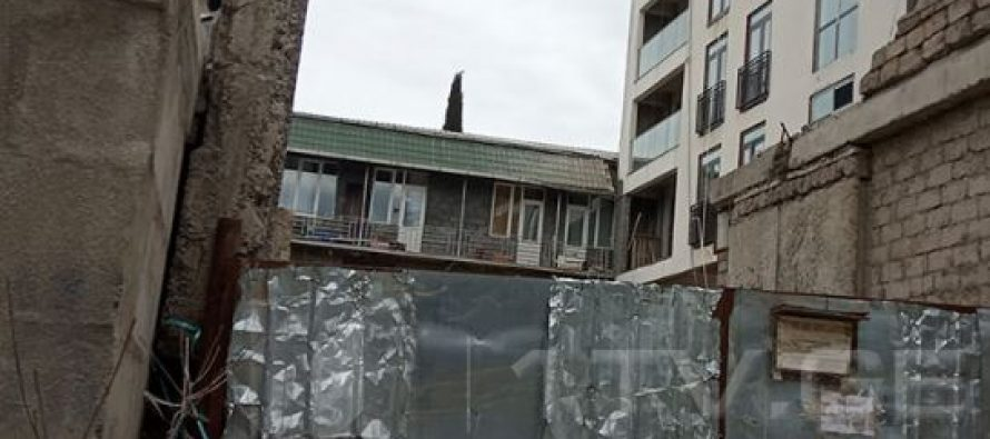 ნაძალადევის რაიონში მშენებარე კორპუსიდან გადმოვარდნილი მამაკაცის მდგომარეობა მძიმეა