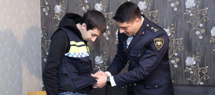 ვაჟა სირაძემ სკოლის მოსწავლე გიორგი ფალელაშვილს საჩუქრად საპატრულო პოლიციის ფორმა გადასცა