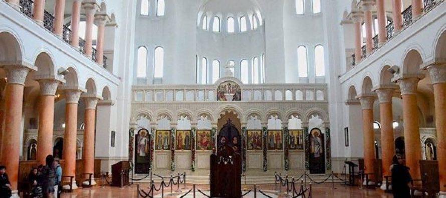 ფოთის საკათედრო ტაძარში მწუხრის ლოცვის შემდეგ, მრევლს ზეთი ერთჯერადი ჩხირებით სცხეს