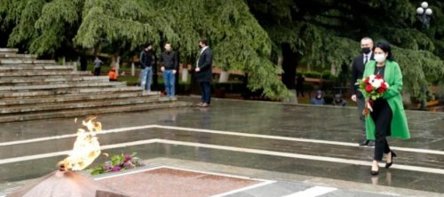 სალომე ზურაბიშვილმა ვაკის პარკში უცნობი ჯარისკაცის მემორიალი ყვავილებით შეამკო