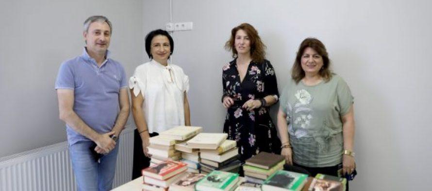 რიმა ბერაძემ და თამარ კაპანაძემ 220-ე საჯარო  სკოლას საჩუქრად წიგნები გადასცეს