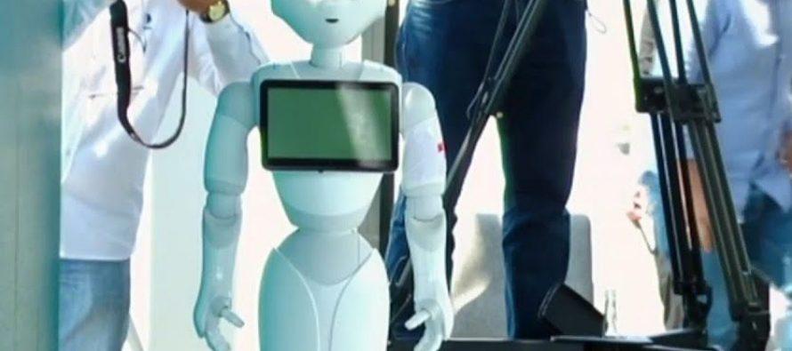 """ჯანდაცვის მინისტრმა ერთი წლის საქმიანობის შეჯამებისას რობოტი """"პეპერი"""" წარადგინა, რომელიც ღონისძიების მონაწილეებს ქართულად მიესალმა"""
