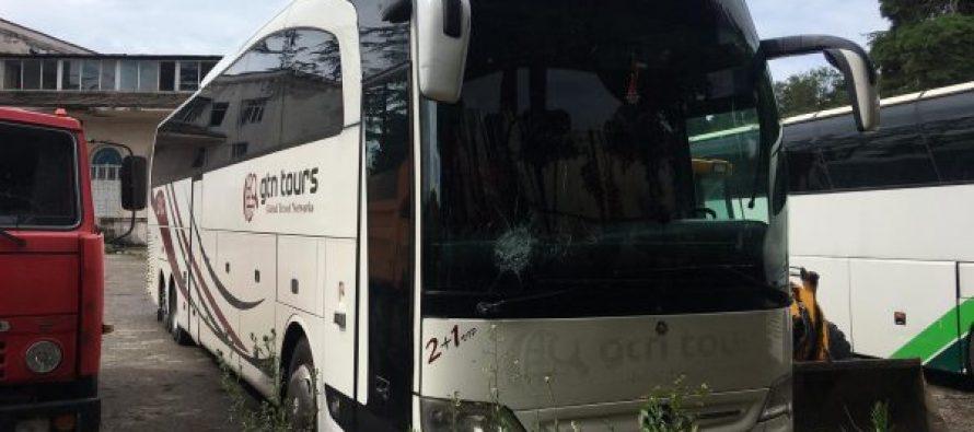 ზუგდიდი-თბილისის ავტობუსს დაუდგენელმა პირებმა სოფელ ცაიშთან ქვები დაუშინეს