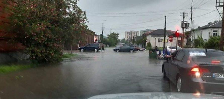 ფოთში ძლიერი წვიმის შედეგად ორი ცენტრალური ქუჩა ისევ დაიტბორა