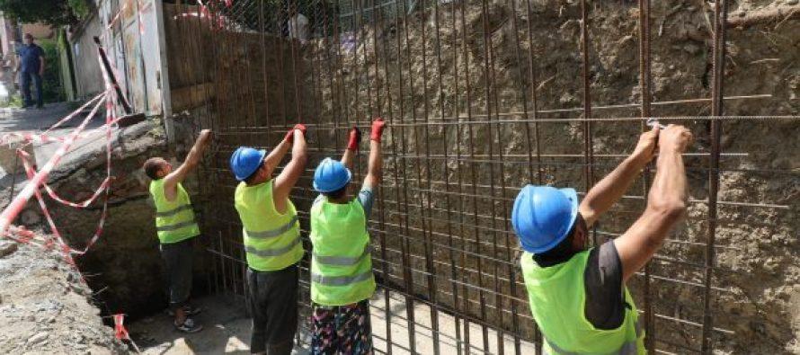 რჩეულიშვილის ქუჩაზე გრუნტის დამჭერი კედელი ეწყობა