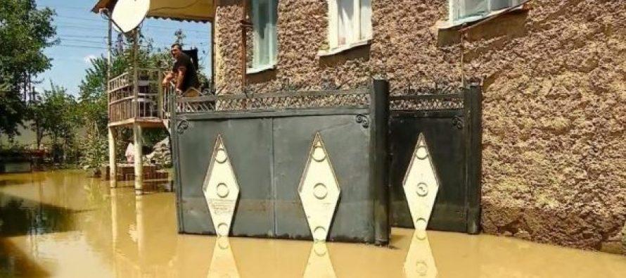 მარნეულში ძლიერი წვიმის გამო, დატბორილია რამდენიმე ქუჩა და საცხოვრებელი სახლები
