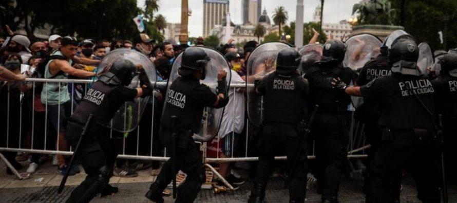 დიეგო მარადონასთან გამოთხოვების დროს, ფანებისა და პოლიციის შეჯახება მოხდა