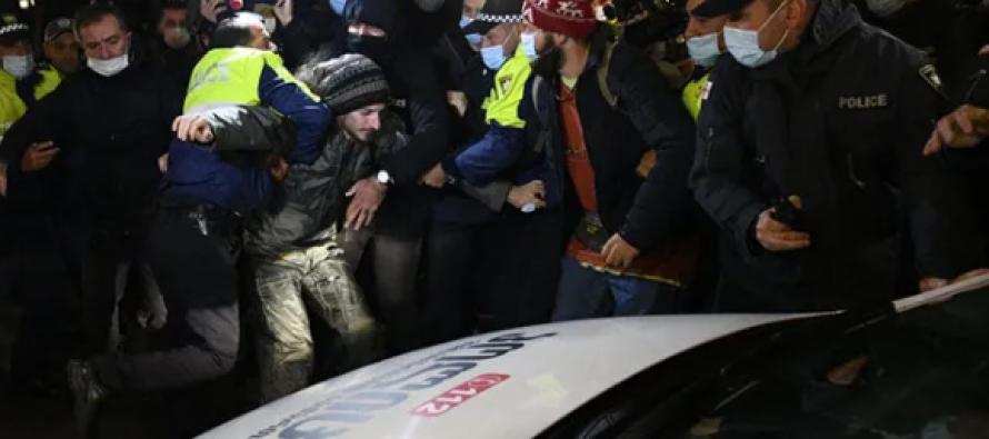 პოლიციამ პარლამენტთან მყოფი აქციის მონაწილეების დაკავება დაიწყო