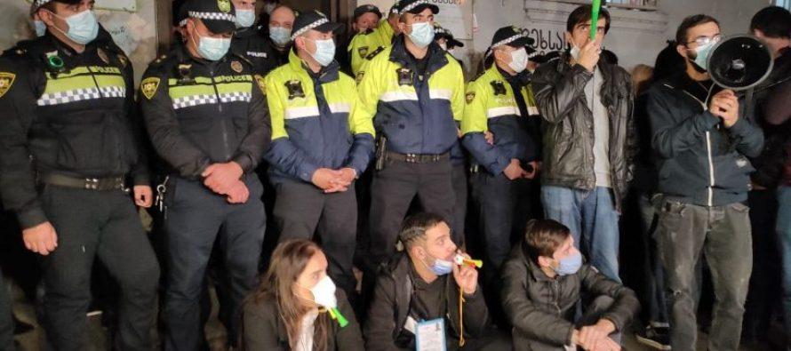 საოლქო კომისიებთან ისევ მწვავე დაპირისპირებაა – ოპოზიციას პოლიცია ადმინისტრაციულ შენობებში არ უშვებს