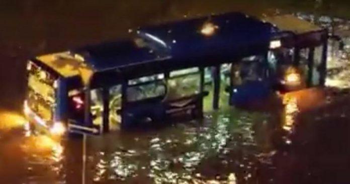 დიდ დიღომში ძლიერი წვიმის შედეგად ავტობუსი დაიტბორა (ვიდეო)